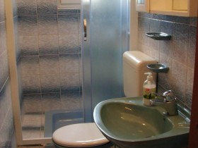07.bathroom1_app300(apartments_brajkovic_zivogosce_Croatia)